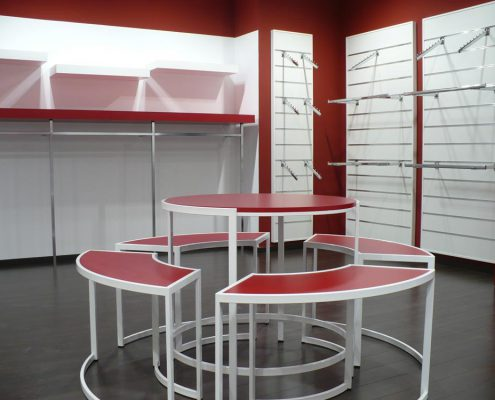 montaje e instalación de mobiliario para tienda de ropa